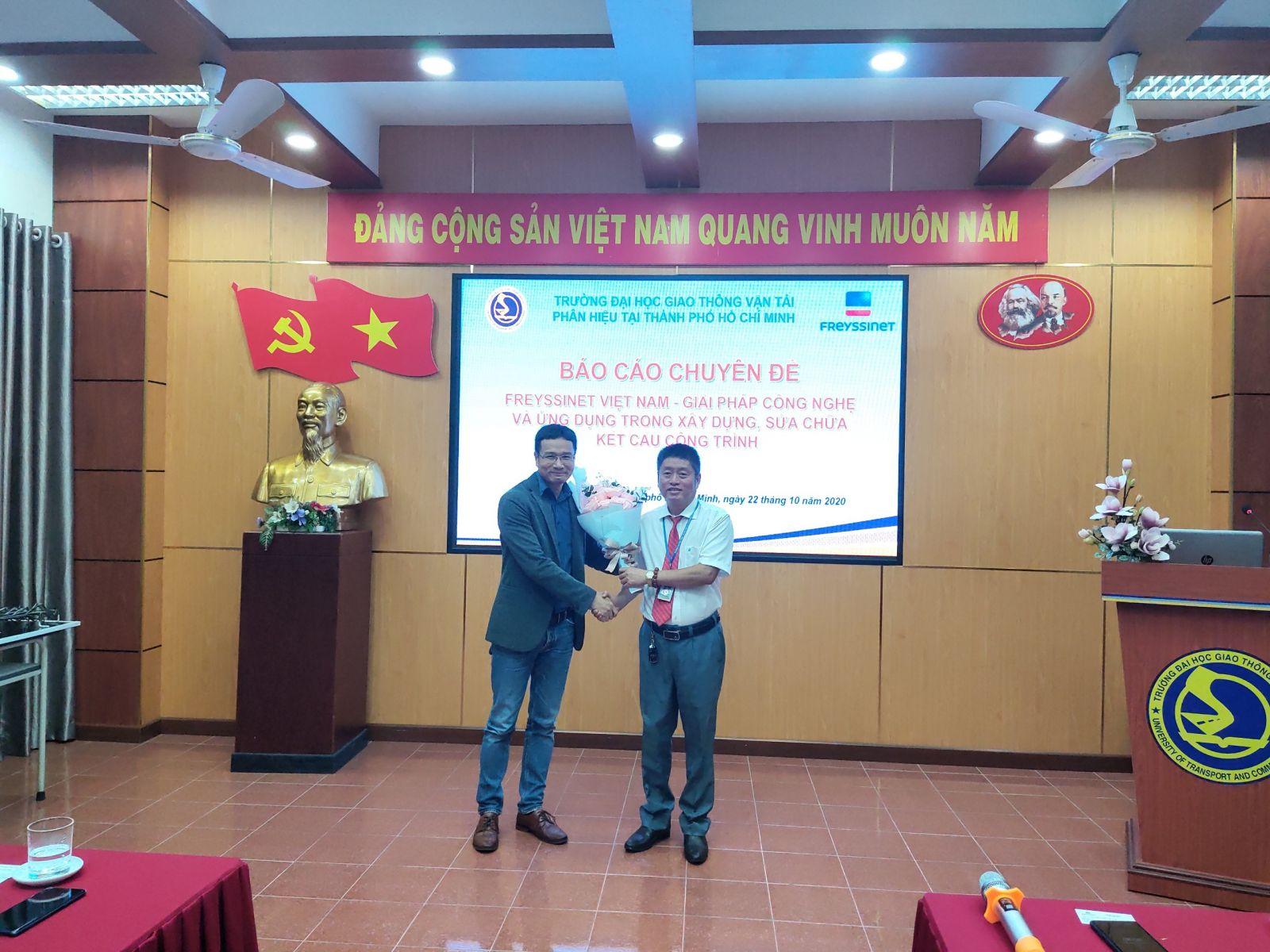 Thầy PGS.TS Lê Văn Bách - Trưởng Khoa Công trình trao hoa cảm ơnÔng Lê Đông Hoa – Phó Giám đốcCông tyFreyssinet Việt Nam