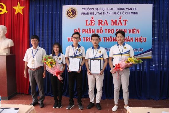 TS. Võ Trường Sơn trao Quyết định và tặng hoa cho đại diện bộ phận hỗ trợ sinh viên và tổ truyền thông