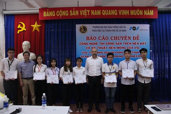 Ông Mark Cabrita và ông Lê Thanh Liêm trao học bổng cho các bạn sinh viên