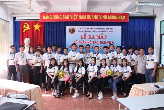 Thành viên bộ phận hỗ trợ sinh viên và tổ truyền thông chụp hình lưu niệm