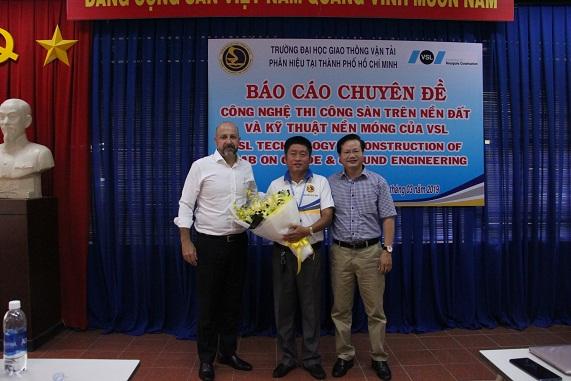 PGS.TS. Lê Văn Bách trao hoa cảm ơn tới lãnh đạo tập đoàn VSL