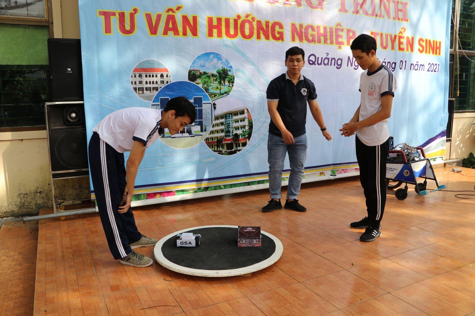 Các bạn học sinh Trường THPT số 2 Mộ Đức tham gia trải nghiệm thi đấu Robot Sumo