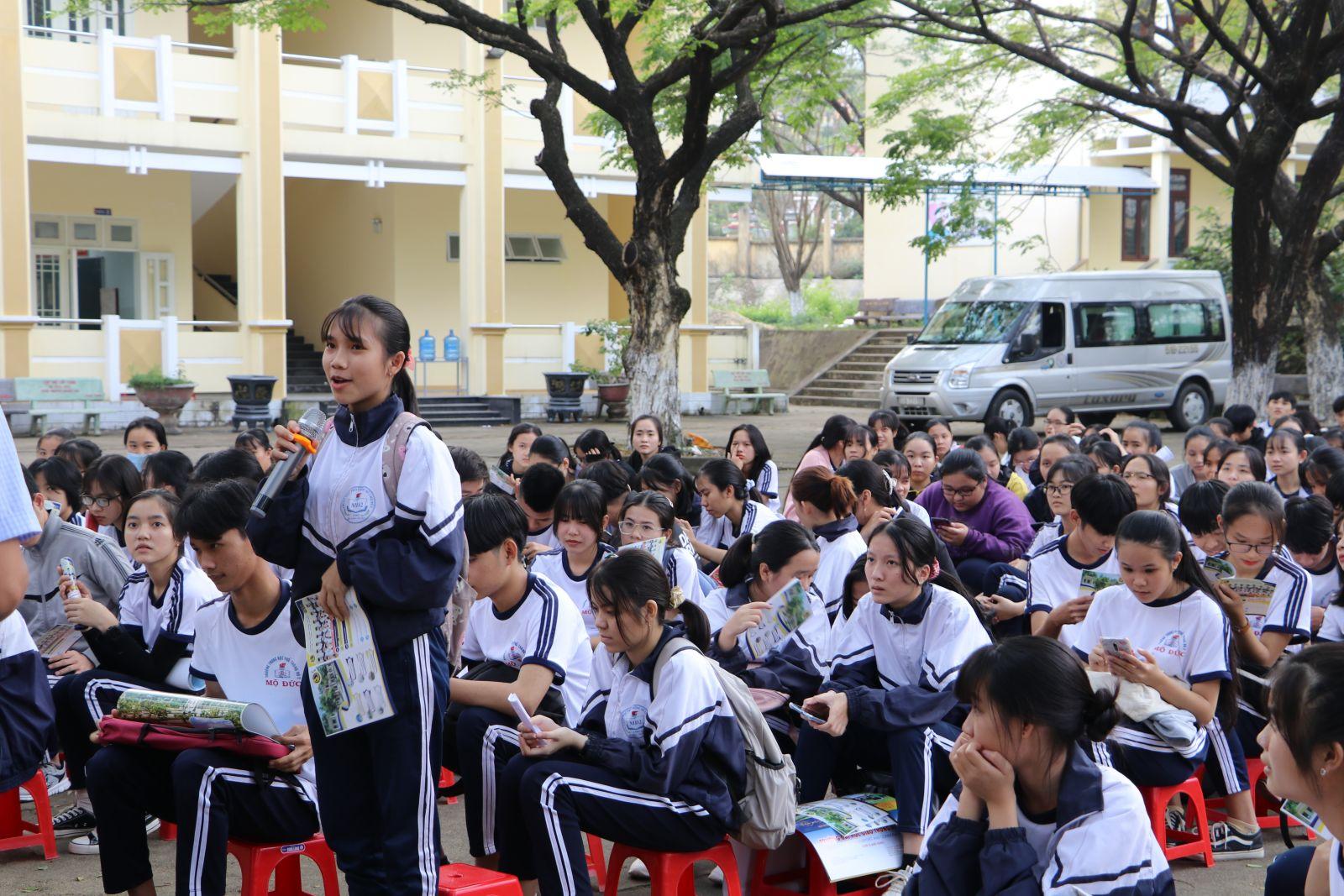 Các bạn học sinh Trường THPT số 2 Mộ Đức đặt các câu hỏi cho đoàn tư vấn